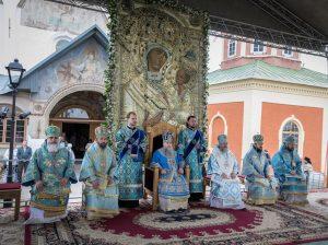 В Тихвинском Успенском монастыре митрополит Варсонофий возглавил Божественную литургию