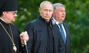 Президент Владимир Путин посетил монастырский комплекс на острове Коневец